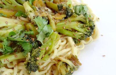 Nouilles sautées aux légumes, sauce soja & graines de sésame {Qui Toque}