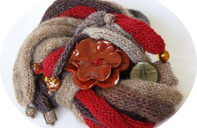 Echarpe multirangs, coloris rouge, beige, brun, marron, modèle déposé, version bouton céramique