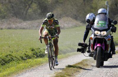 """Le Tro Bro Léon (le Paris-Roubaix breton) dimanche dernier... a vu le doublé de l'équipe britannique One Pro Cycling (le danois Martin Mortensen et le britannique Peter Williams). Quelques images du passage des coureurs dans un """"ribin"""" (""""sentier empierré """" en breton)"""