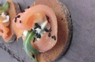 Blinis de sarrasin au chèvre frais et saumon fumé