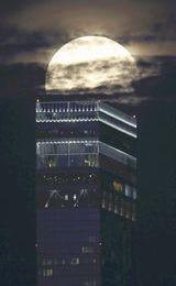 Pleine lune sur le Abeno Harukas