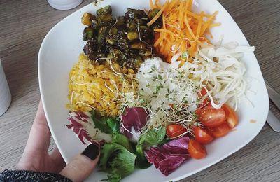 Veggie Bowl : Lentilles corail, avocat caramélisé, crudités et sauce au yaourt citron-sirop d'agave