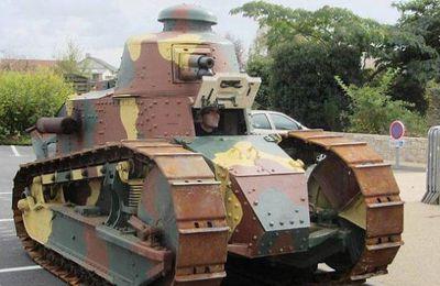 Un char Renault FT17 exposé sur le parking de l'espace culturel