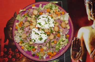 SALADE AUX OEUFS POCHES, CROUTONS, LARDONS, FROMAGES
