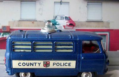 COMMER POLICE VAN CORGI COUNTY POLICE