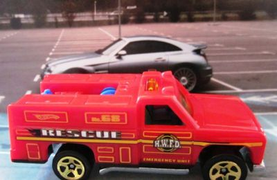 GMC RESCUE RANGER HOT WHEELS 1/64 AMBULANCE RANGER RIG EMERGENCY SQUAD