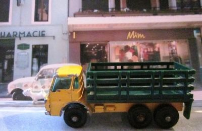 MB4-d. DODGE CATTLE TRUCK - CAMION FOURRAGERE MATCHBOX 1/86