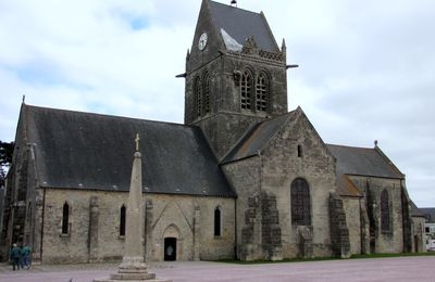 Vitrail et parachutistes, église de Sainte-Mère-Eglise