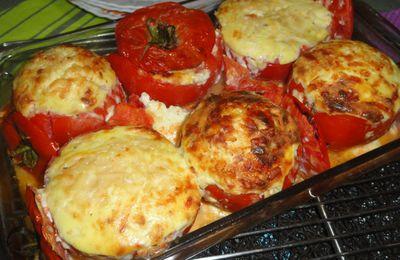 Tomate farcie à la ricotta, parmesan et oeufs Servie avec des pommes à la suédoise