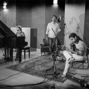 ekoa trio, un chanteur et percussioniste, un pianiste et un guitariste revisitent le large répertoire de la musique brésilienne