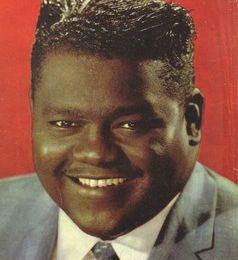 fats domino, un pianiste au jeu subtil qui a su combiner dans un style inimitale les musiques de son enfance telles que le blues, le ragtime et le boogie-woogie