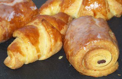 Petits pains au chocolat et croissants.
