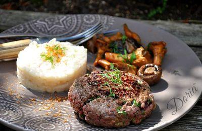 Steak haché de boeuf, risotto et champignons des bois