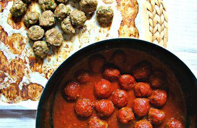 Des boulettes cuites au four en sauce tomate