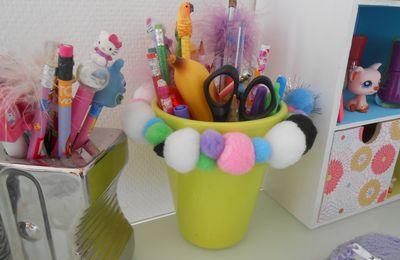 DIY: un pot à crayons récup' customisé avec des pompons
