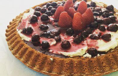 torta tenera al cioccolato con creamcheese alla vaniglia e salsa di fragole e mirtilli