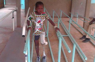 AWA apprend à marcher avec le prototype de sa jambe