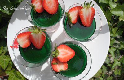 Mousse de fraises et gelée de menthe verte .