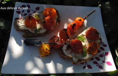 Crostinis aux tomates rôtis .