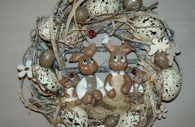Couronne de pâques avec famille Lapin en porcelaine froide