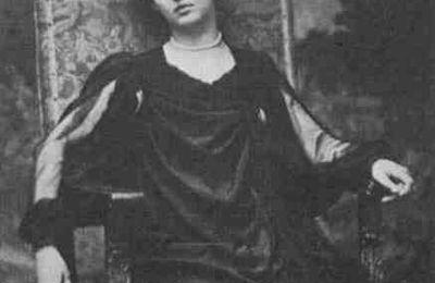 Vêtue – Renée Vivien