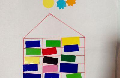 La maison de briques (en gommettes) avec des enfants de maternelle et d'âge préscolaire