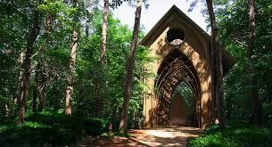 Une chapelle qui se fond dans son environnement