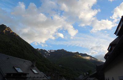 Montagnes Pyrénées au printemps en majesté ....   pluie, soleil, torrents, fleurs et air pur !