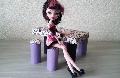 Ensemble table et tabourets pour poupée