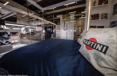 Deux fans dorment dans le garage Williams à Silverstone
