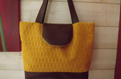 "un sac ""jaune d 'or et skaï marron"""