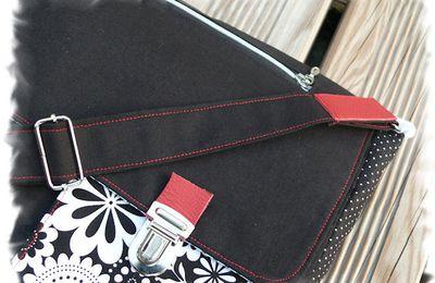 le petit sac Noir et Blanc avec sa petite touche de Rouge...