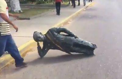 Une statue du dictateur Chavez subit la colère du peuple vénézuélien