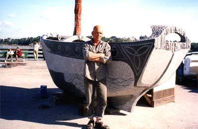 VIDEO - il sculpte un bateau en granit... qui flotte !