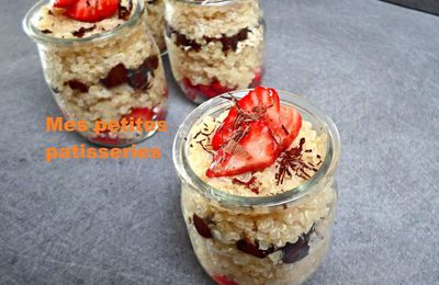 Quinoa au lait d'amande, fraises et chocolat