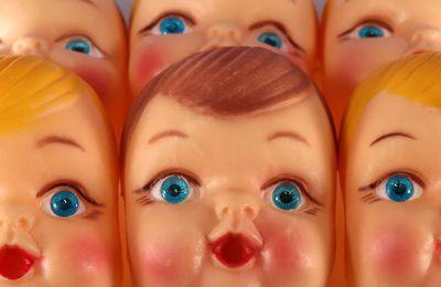Ces poupées qui nous surveillent