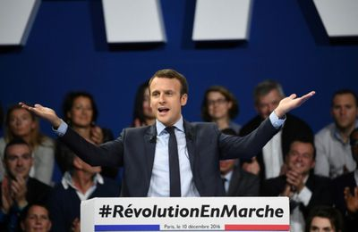 Macron montre ses muscles lors de son grand meeting parisien