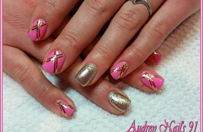 Gel de couleur rose barbie + champagne + fil d'or en double croisillons
