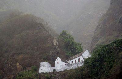 Zu Fuß in das Ribeira-Grande Tal hinein