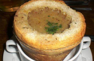 zuppa e minestra regale di porcini freschi