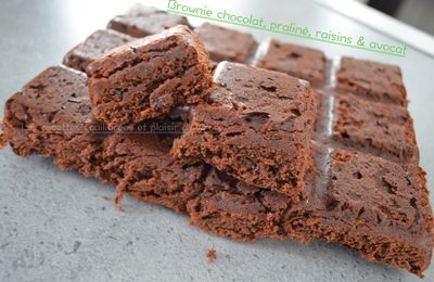 Brownie au chocolat , praliné, raisin & avocat