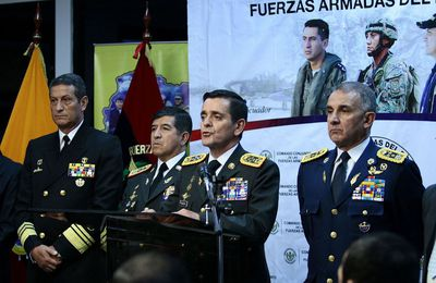 Rafael Correa descabeza a la cúpula militar