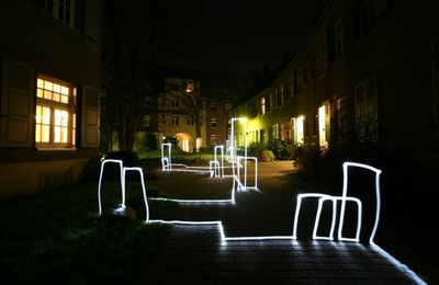 bruce munro installer un luminaire. Black Bedroom Furniture Sets. Home Design Ideas