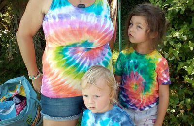 Peinture tissu sur 3 T-shirt spiral tie and dye par Alyssonne