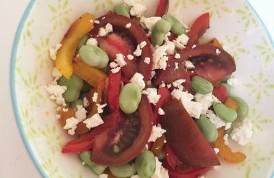 Salade de fèves, poivrons grillés, tomates et féta