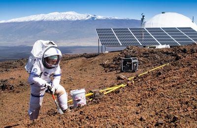 Après 8 mois « passés sur Mars », des astronautes sortent de leur dôme de simulation