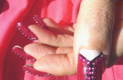 Nail art corset de strass roses sur zip noir.