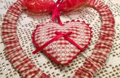 Un cuore a broderie suisse,  sul cuore  che fa da cornice