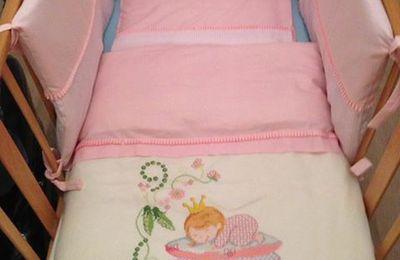 Anche il lettino per Penelope è tutto in rosa..