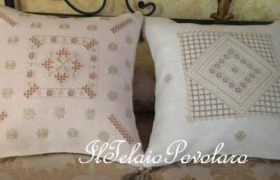 Hardanger e lino belfast  per due cuscini che campeggiano sul letto  di Eleonora Lovato